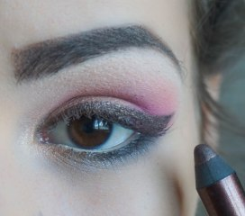 create the cat eye, use dark brown eye pencil or eyeshadow to create it, it's important that it doesn't stand out so much, apply falsies and mascara you're ready to go :)