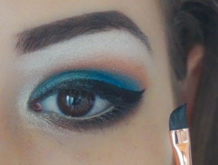 create the cat eye, apply false lashes and mascara and you're done with eye makeup for this look; Brush Zoeva 217