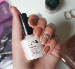 Mani; CND Shellac Romantique, on top CND Additives Blush Bronze Frost with silver nail stones