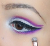 Apply glittery eyeshadow in the inner corner of the eye and bring it upwards connecting the highlight with the cut crease very smoothly; UD Revolt with Z227