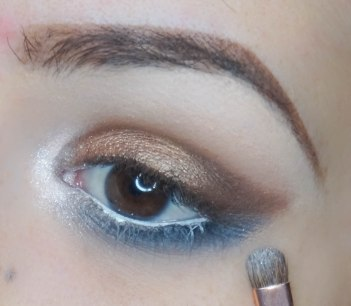 Highlight the inner corner of your eye, I used first Nxy Jumbo pencil in Milk and on top I applied white glittery pigment, apply mascara and falsies and you're done with the eyes