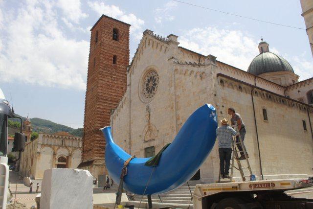 Allestimento The Blue Banana di Giuseppe Veneziano a Pietrasanta
