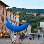 The Blue Banana di Giuseppe Veneziano in piazza Duomo Foto di Carolina Pellizzari