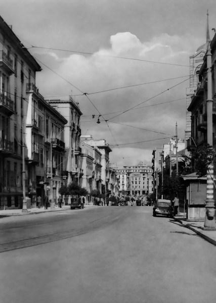 1.Η οδός Φιλελλήνων προπολεμικά. Στην αρχή αυτής, στον αριθμό 6 (η αρίθμηση αρχίζει από το Σύνταγμα), βρισκόταν το γνωστό φαρμακείο Κ. Μαρινόπουλου, μπροστά στο οποίο δολοφονήθηκαν οι Μαρκόπουλος και Δαβερώνης (από το αρχείο του συγγραφέα)