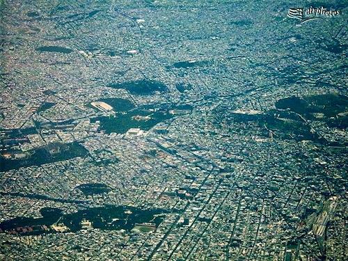 Οι «κηλίδες» πρασίνου της κυριαρχημένης από το τσιμέντο Αθήνας, οφείλονται στις προσπάθειες φύτευσής της που διήγαγαν οι ηρωικοί πρώτοι Έλληνες δασολόγοι  (πηγή airphotos)