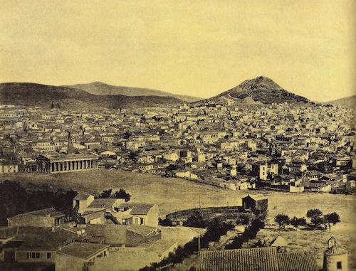 Πανοραμική άποψη του Λυκαβηττού περίπου το 1900. Τα πευκάκια δηλώνονται στη μία πλευρά του βουνού (φωτογραφία αφοι Ρωμαΐδη)