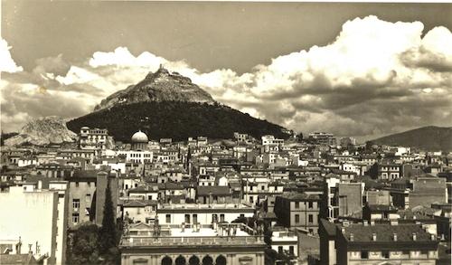Η Αθήνα λίγο πριν τον πόλεμο. Στο νεοκλασικό της πρόσωπο άρμοζε το λιτό πράσινο του Λυκαβηττού με τη γυμνή οξεία κορυφή του, φτιάχνοντας ένα ιδανικό της τοπόσημο (από το αρχείο του συγγραφέα)
