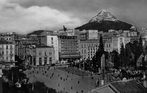 Η Αθήνα μετά τον πόλεμο, με το Λυκαβηττό να τη χαρακτηρίζει (από το αρχείο του συγγραφέα)