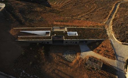 Σπίτι στην Αντίπαρο. Σύγχρονο ανθρώπινο δημιούργημα που σεβάστηκε τη φύση και το τοπίο -μια ξεχωριστή στιγμή υψηλής δημιουργίας (αρχιτέκτονας: decaARCHITECTURE, έτος κατασκευής: 2008).