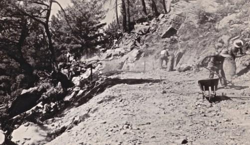 Διάνοιξη δασικού δρόμου χειρωνακτικώς το 1950, για την εκμετάλλευση δάσους (από το αρχείο του συγγραφέα).