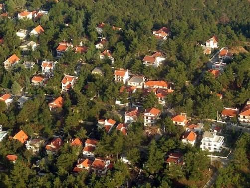 Η δόμηση των δασών έγινε δυνατή διά των οικοδομικών συνεταιρισμών (πηγή φωτογραφίας: www.airphotos.gr).
