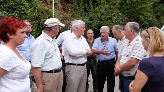 Ο αναπληρωτής υπουργός αρμόδιος για θέματα Περιβάλλοντος Γιάννης Τσιρώνης συνομιλεί με φορείς και κατοίκους της Λίμνης Ευβοίας, την Τρίτη 9 Αυγούστου 2016, κατά τη διάρκεια της  επίσκεψής του στις πληγείσες από τις πυρκαγιές περιοχές της Εύβοιας.  ΑΠΕ-ΜΠΕ/ ΑΠΕ-ΜΠΕ/ ΓΙΑΝΝΗΣ ΦΑΦΟΥΤΗΣ