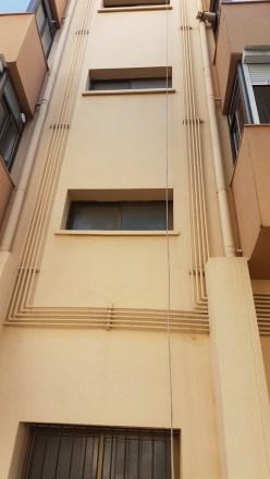 Tubos de agua pintados en fachadas
