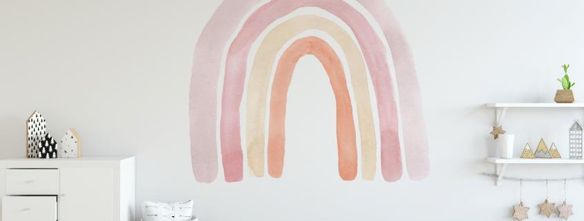 Mural infantil pintado a mano en pared de habitación