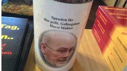 """In eine Kneipe in Naumburg an der Saale wird auf Einladung von Hans Püschel, Vorsitzender der NPD-Fraktion im Burgenlandkreis, über """"Auschwitz und die Meinungsfreiheit"""" diskutiert."""