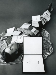 Ed Ruscha with some of his publications, 1971 (Foto: Jerry McMillan, © Courtesy Ed Ruscha und Gagosian Gallery)