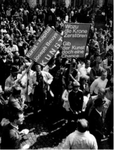 Protest bei der Einschmelzung der Nachbildung der Zarenkrone, 1982. (Fotonachweis: Groener / Kandler 1987, S. 196.)