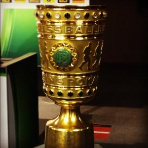 Das Objekt der Begierde von Borussia Dortmund und dem FC Bayern München: Der DFB-Pokal 2012. Foto: David Nienhaus
