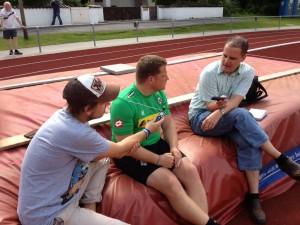 WZ-Kollege Daniel Gonzalves (r.) und ich interviewen Gladbachs Sportdirektor Max Eberl (m.).