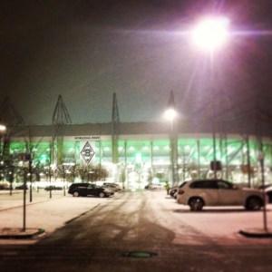 Der Borussia-Park in Mönchengladbach in  schneeweiß. Foto: David Nienhaus