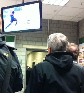 Lucien Favre sieht sich die Fernsehbilder in der Mixedzone nach der Partie zwischen Borussia Mönchengladbach und Bayer Leverkusen an. Foto: David Nienhaus