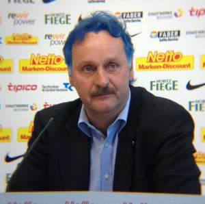 Peter Neururer mit blauen Haaren: Foto/Collage: David Nienhaus