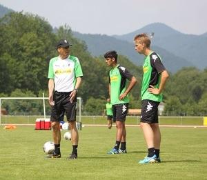 Gladbachs Trainer Lucien Favre erklärt Nico Brandenburger und Mo Dahoud das Flanken. Foto: David Nienhaus