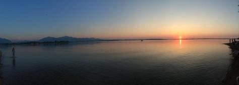 Beach Bar am Chiemsee. Mit Sonnenuntergang und den Kollegen Heiko Ostendorp und Christian Falk. Foto: David Nienhaus