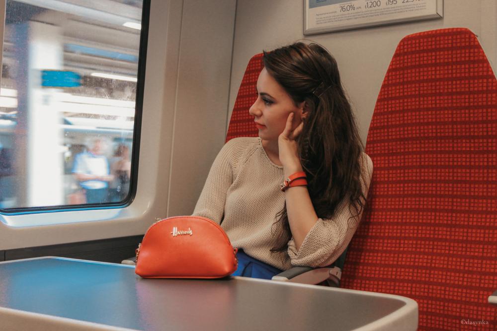dasynka-fashion-blogger-london-life-street-style-pinterest-skirt-blue-red-black-bag-white-look-sweater-jacket-long-hair-zara-hm-asos-hermes-bracelet-harrods-pochette-big-beige-brighton-pier