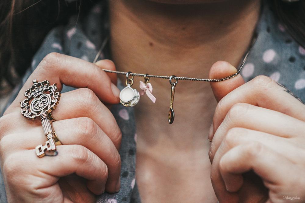 dasynka-fashion-blogger-london-life-street-style-pinterest-black-bag-look-long-hair-necklace-gold-tea-cup