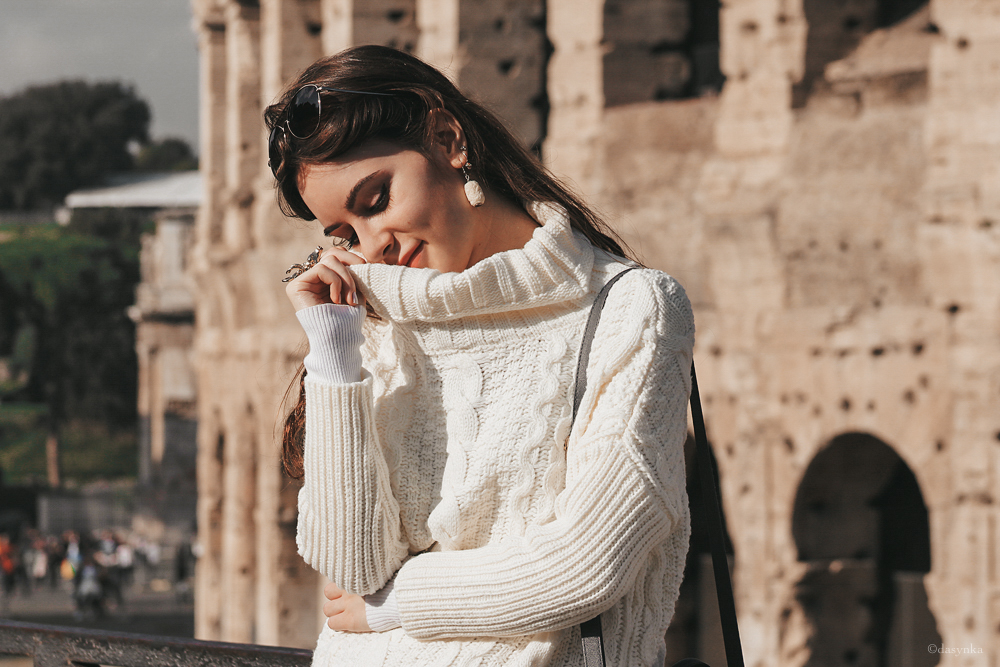 dasynka-fashion-blogger-shooting-model-blog-rome-travel-colosseum-globetrotter-white-sweater-bag-beige-oversize-style-look-outfit-total-cozy