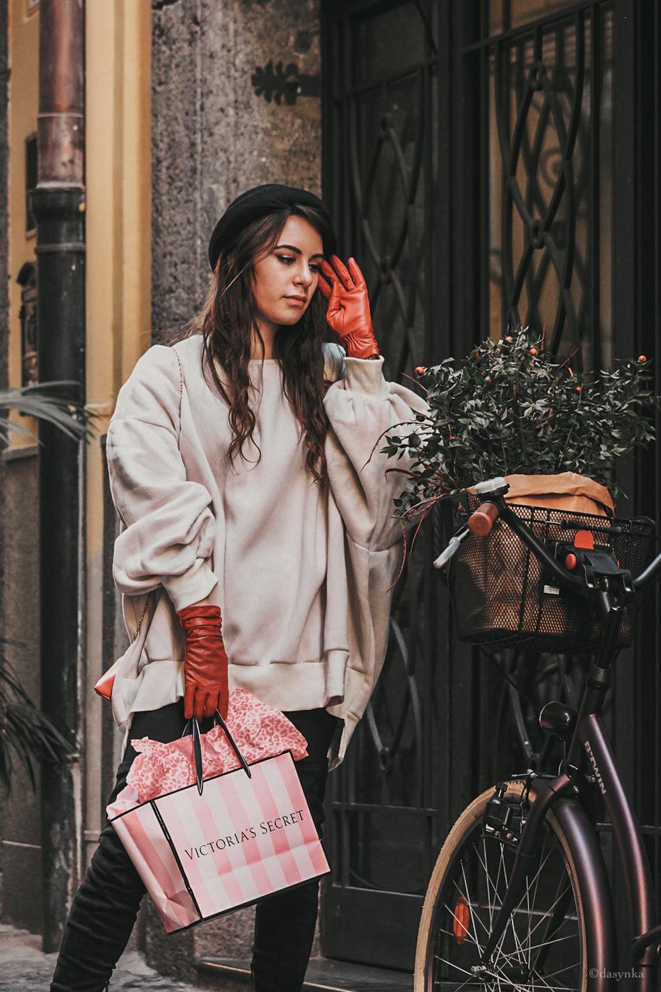 dasynka-fashion-blog-blogger-shooting-model-naples-boots-high-gloves-red-harrods-sweater-bag-hat-pochette-nutcracker-christmas-victoria-secret-white-oversize-overknee-black-ideas-outfit-look-style-chic-elegant-festive