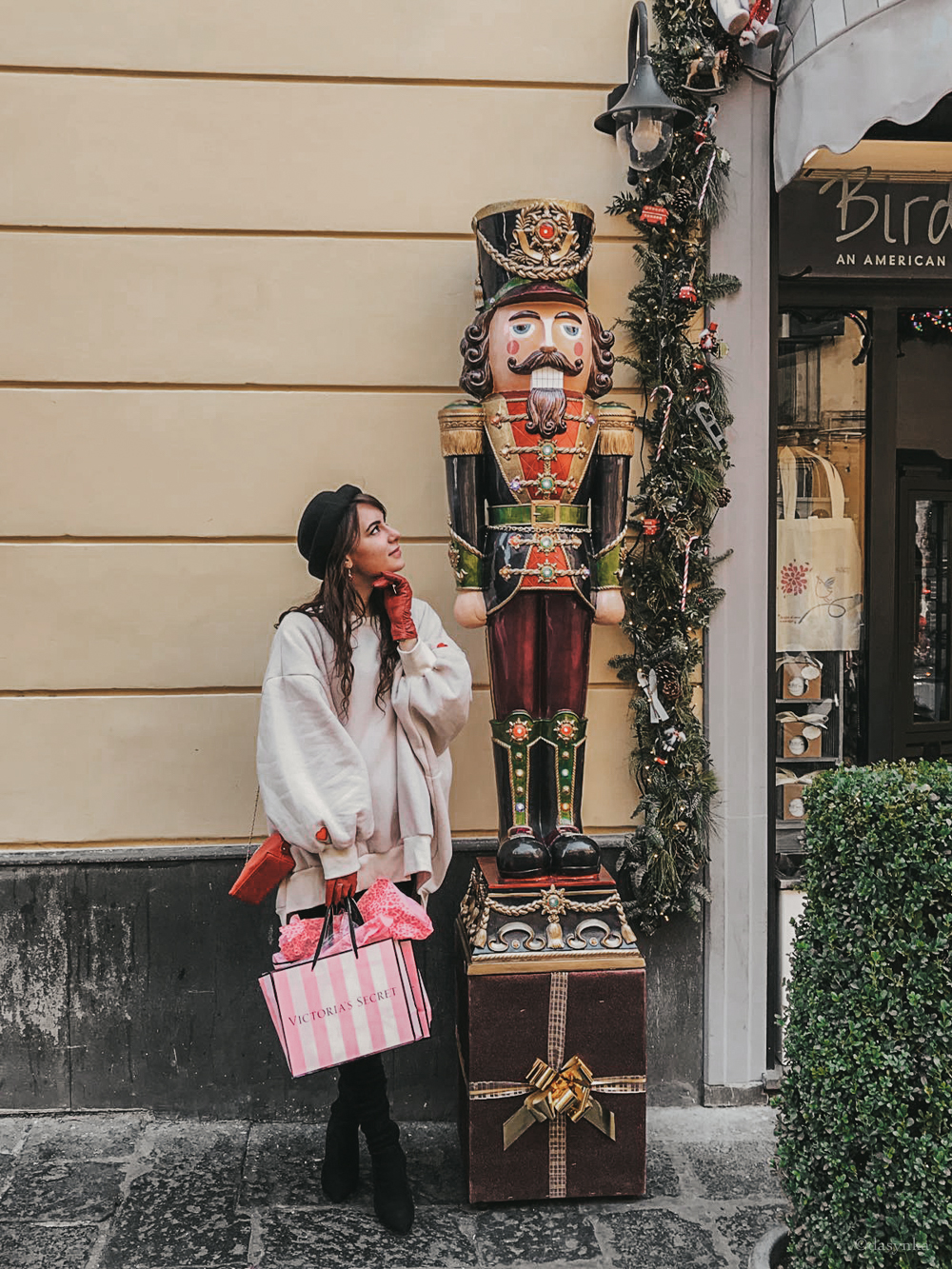 dasynka-fashion-blog-blogger-shooting-model-naples-boots-high-gloves-red-harrods-sweater-bag-hat-pochette-nutcracker-christmas-victoria-secret-white-oversize-overknee-black-ideas-outfit-look-style-chic-elegant-festive-shopping