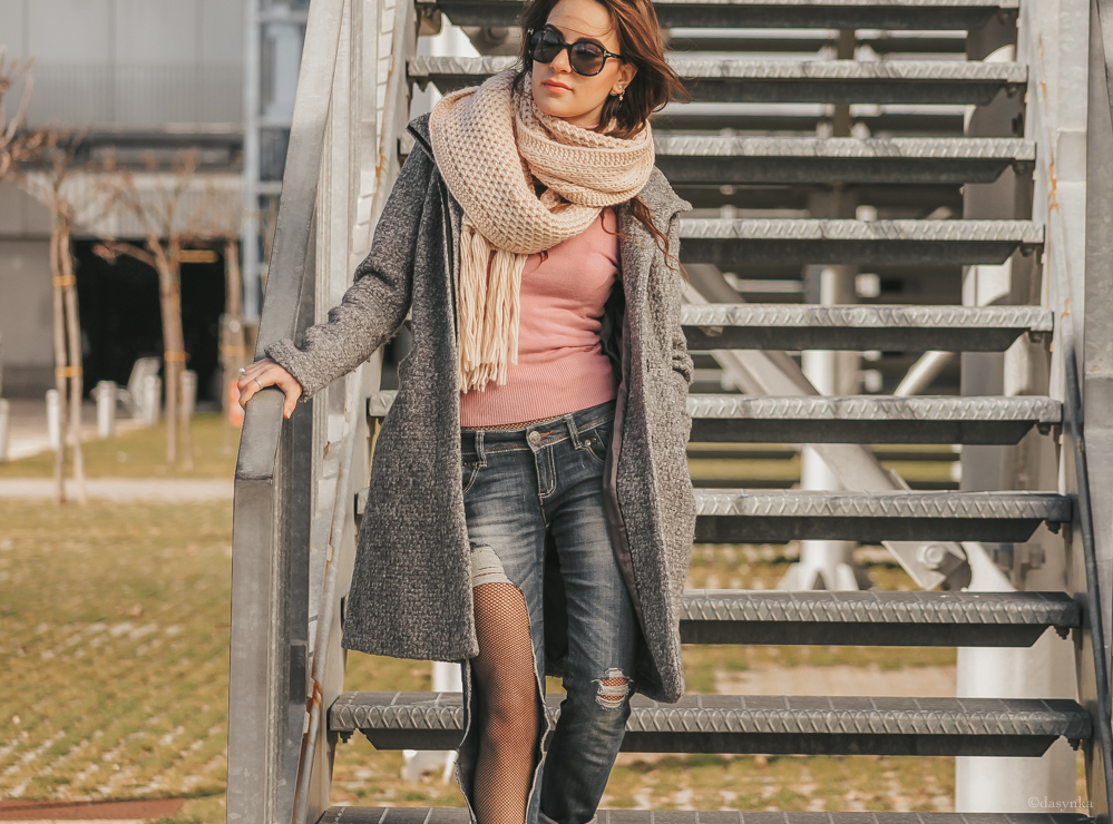 dasynka-fashion-blog-blogger-influencer-inspiration-shooting-model-globettrotter-travel-girl-lookbook-instagram-long-hair-street-style-casual-italy-cardigan-coat-ideas-outfit-cozy-autumn-winter-zara-hm-asos-tights-ripped-jeans-pink-scarf-turtle-neck-outfit-look-inspo-boots-black