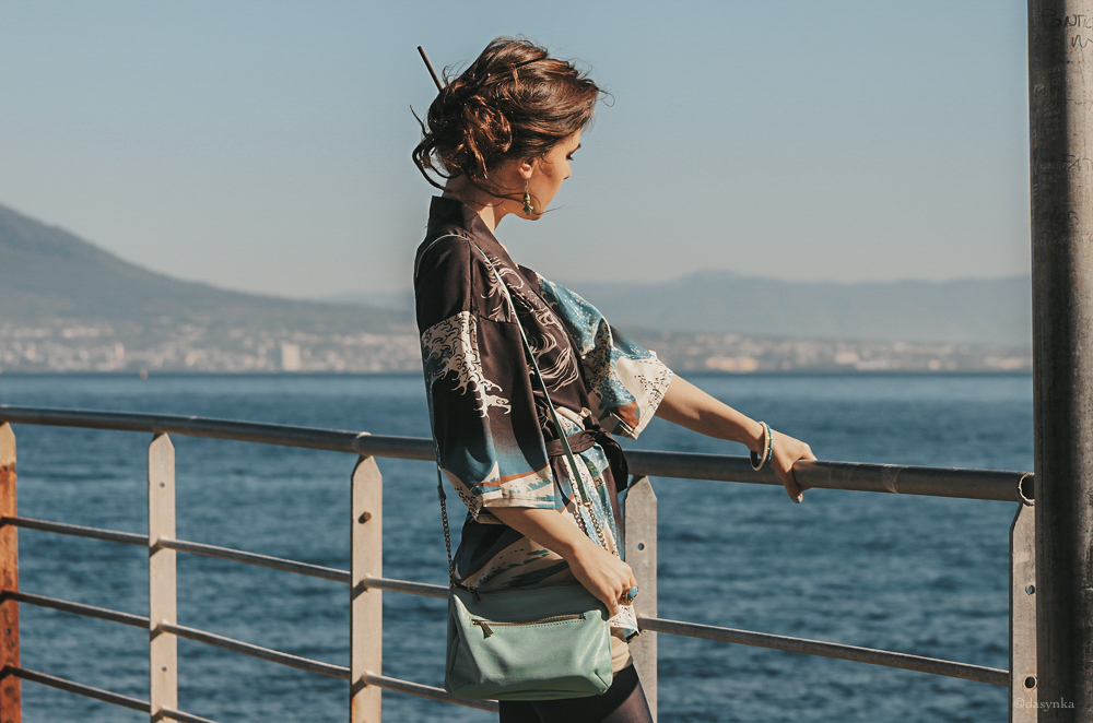 dasynka-fashion-blog-blogger-influencer-inspiration-shooting-model-globettrotter-travel-girl-lookbook-instagram-long-hair-street-style-casual-italy-lifestyle-outfit-poses-heels-kimono-sea-great-wave-kanagawa-hokusai-blue-naples-fishes-earrings-tiffany-turquoise-hm-japanese-look-chic-elegant-tights-blue-chinese