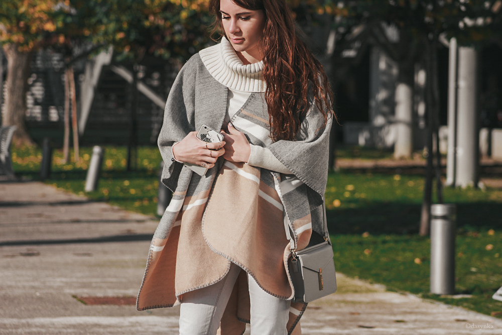 dasynka-fashion-blog-blogger-influencer-inspiration-shooting-model-globettrotter-travel-girl-lookbook-instagram-long-hair-street-style-casual-italy-lifestyle-outfit-poses-grey-scarf-cape-heels-look-autumn-coat-sweater-ideas-cozy-comfy-jeans-white-leaves