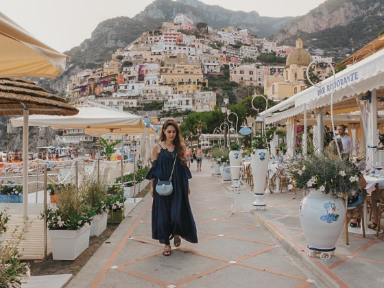 dasynka-fashion-blog-blogger-influencer-inspiration-shooting-model-globettrotter-travel-girl-lookbook-instagram-long-hair-street-style-casual-italy-lifestyle-outfit-poses-positano-amalfi-coast-blue-dress-chloe-bag-sea-italy-look-ideas-elegant-italian-style-sandals-lace-tips-atrani
