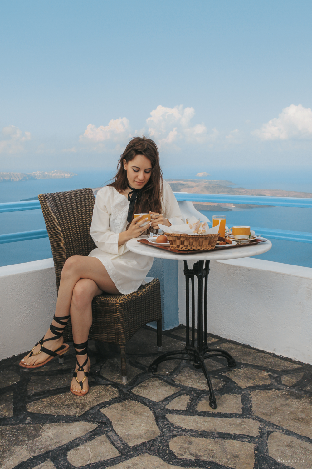 dasynka-fashion-blog-blogger-influencer-inspiration-shooting-model-globettrotter-travel-girl-lookbook-instagram-long-hair-street-style-casual-italy-lifestyle-outfit-poses-santorini-greek-greece-island-caldera-fira-oia-arkotiri-blue-domes-off-shoulder-blouse-shorts-white-louis-vuitton-pochette-hermes-bracelet-forever21-backpack-asos-hat-big-inspo-look-breakfast-view