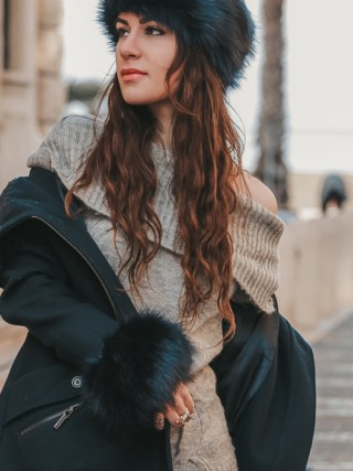 dasynka-fashion-blog-blogger-influencer-inspiration-shooting-model-globettrotter-travel-girl-lookbook-instagram-long-hair-street-style-casual-italy-lifestyle-outfit-look-poses-blue-bag-hm-white-sweater-coat-hat-fluffy-fake-fur-grey-tights