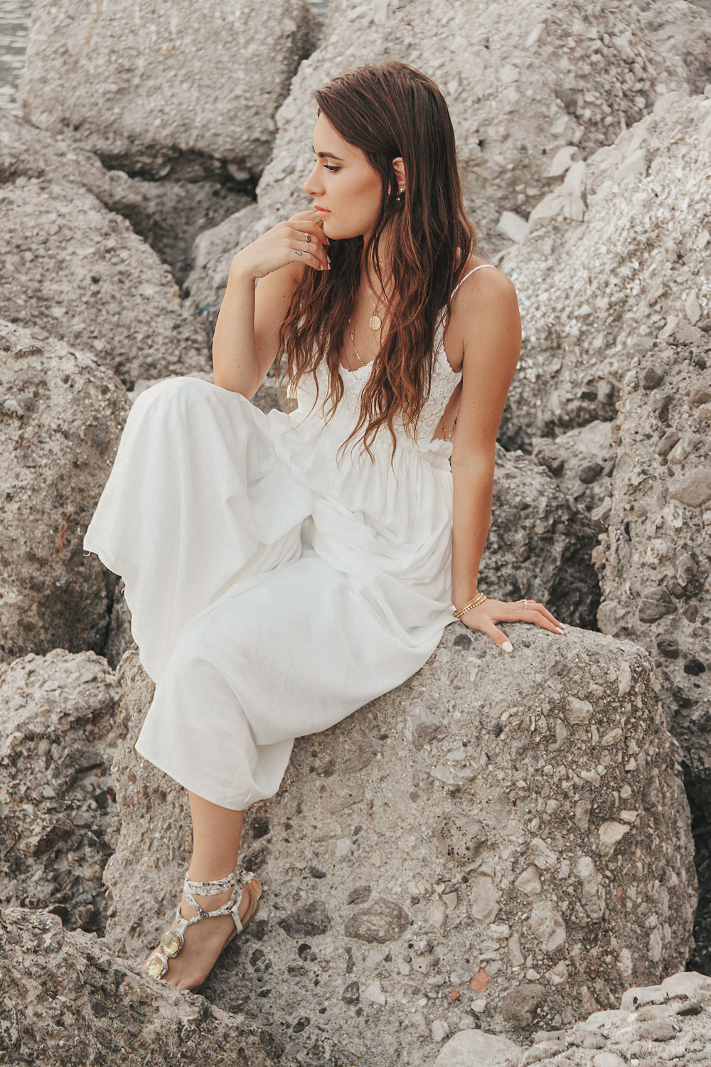 dasynka-fashion-blog-blogger-influencer-inspiration-shooting-model-globettrotter-travel-girl-lookbook-instagram-long-hair-street-style-casual-italy-lifestyle-outfit-poses-atrani-amalfi-coast-sea-summer-dress-maxi-white-mermaid-body-jewelry-chloe-bag-beach-sunset-positano-look-luxury-gold-inspo-ocean-shoot-instagrammer-anchor