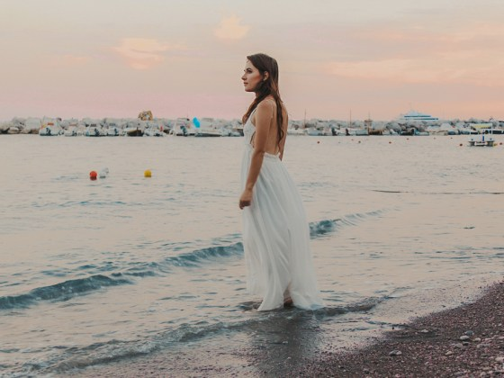 dasynka-fashion-blog-blogger-influencer-inspiration-shooting-model-globettrotter-travel-girl-lookbook-instagram-long-hair-street-style-casual-italy-lifestyle-outfit-poses-atrani-amalfi-coast-sea-summer-dress-maxi-white-mermaid-body-jewelry-chloe-bag-beach-sunset-positano-look-luxury-gold-inspo-ocean-shoot-instagrammer