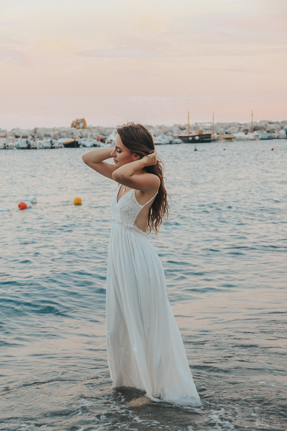 dasynka-fashion-blog-blogger-influencer-inspiration-shooting-model-globettrotter-travel-girl-lookbook-instagram-long-hair-street-style-casual-italy-lifestyle-outfit-poses-atrani-amalfi-coast-sea-summer-dress-maxi-white-mermaid-body-jewelry-chloe-bag-beach-sunset-positano-look-luxury-gold-inspo-ocean-shoot-instagrammer-anchor-pink-sky