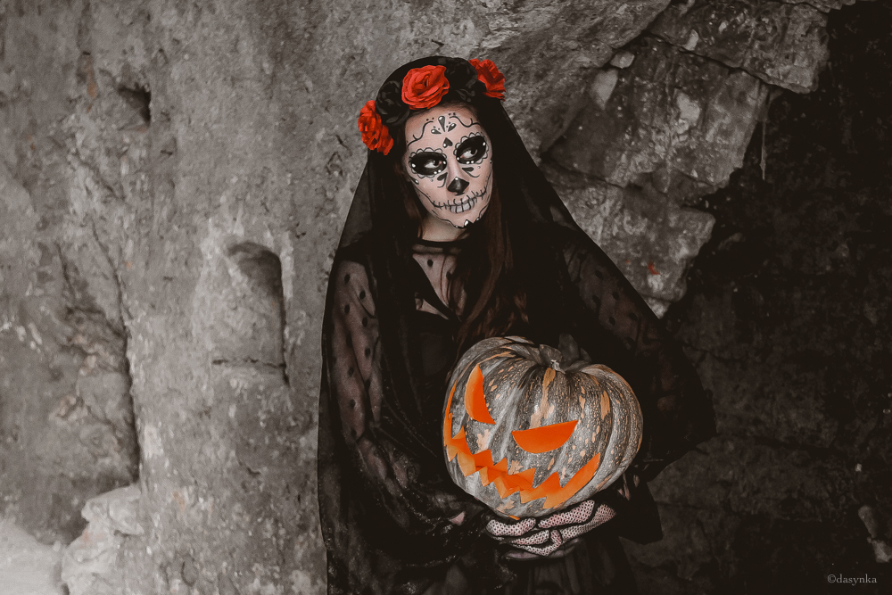 dasynka-fashion-blog-blogger-influencer-inspiration-shooting-model-globettrotter-travel-girl-lookbook-instagram-long-hair-street-style-casual-italy-lifestyle-outfit-poses-halloween-cosplay-cosplayer-santa-muerte-morte-death-costume-pumpkin-make-up