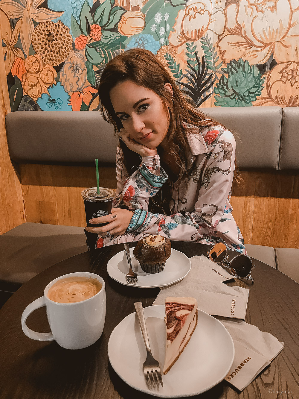 dasynka-fashion-blog-blogger-influencer-inspiration-shooting-model-globettrotter-travel-girl-lookbook-instagram-long-hair-street-style-casual-italy-lifestyle-outfit-poses-valencia-starbucks-frappuccino-cappuccino-pumpkin-spice-latte-psl-muffin-zaful-animalier-pink-culotte-shirt-cheesecake