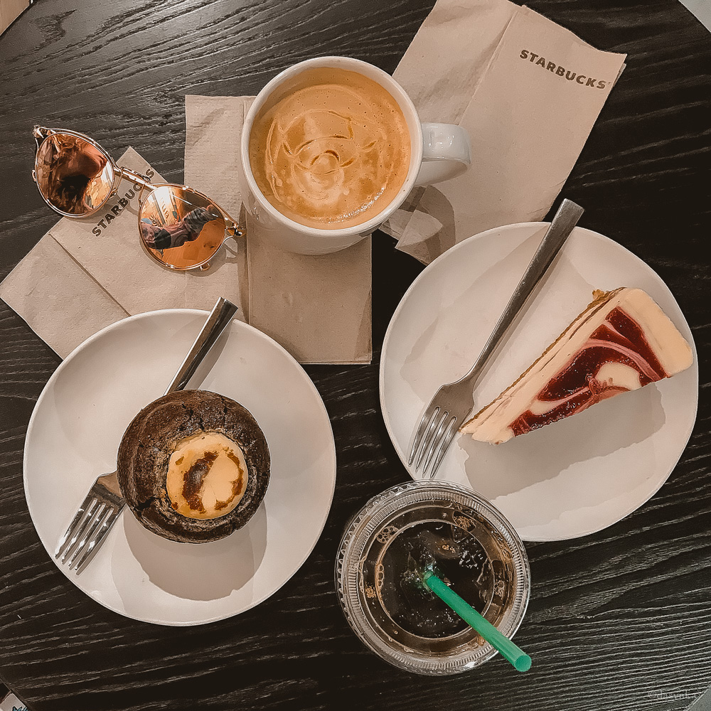 dasynka-fashion-blog-blogger-influencer-inspiration-shooting-model-globettrotter-travel-girl-lookbook-instagram-long-hair-street-style-casual-italy-lifestyle-outfit-poses-valencia-starbucks-frappuccino-cappuccino-pumpkin-spice-latte-psl-muffin-cheesecake