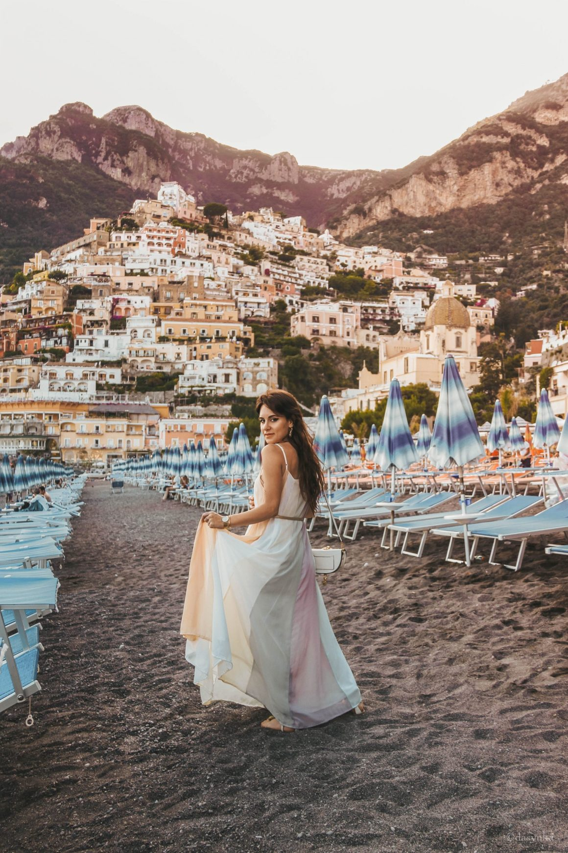 dasynka-fashion-blog-blogger-influencer-inspiration-shooting-model-globettrotter-travel-girl-lookbook-instagram-long-hair-street-style-casual-italy-lifestyle-outfit-poses-positano-amalfi-coast-blue-long-dress-colorful-beach-marina-grande-chloe-bag-sea-italy-look-ideas-elegant-italian-style-sandals-tips-atrani-habits