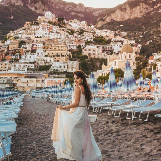dasynka-fashion-blog-blogger-influencer-inspiration-shooting-model-globettrotter-travel-girl-lookbook-instagram-long-hair-street-style-casual-italy-lifestyle-outfit-poses-positano-amalfi-coast-blue-long-dress-colorful-beach-marina-grande-chloe-bag-sea-italy-look-ideas-elegant-italian-style-sandals-tips-atrani-habits