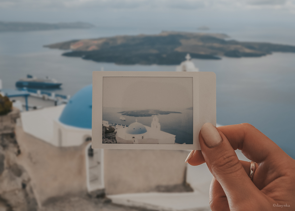 dasynka-fashion-blog-blogger-influencer-inspiration-shooting-globettrotter-travel-traveller-instagram-lifestyle-italy-ideas-italian-polaroids-polaroid-fujifilm-instax-90-8-worldmap-planisfero-mappa-mondo-pin-memories-photographs-vintage-print-santorini-blue-houses