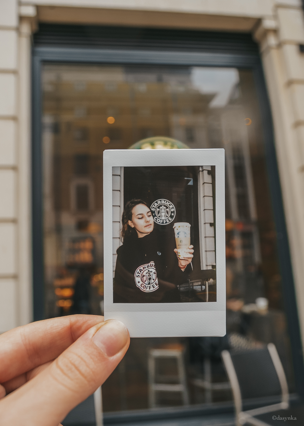 dasynka-fashion-blog-blogger-influencer-inspiration-shooting-globettrotter-travel-traveller-instagram-lifestyle-italy-ideas-italian-polaroids-polaroid-fujifilm-instax-90-8-worldmap-planisfero-mappa-mondo-pin-memories-photographs-vintage-print-london-starbucks