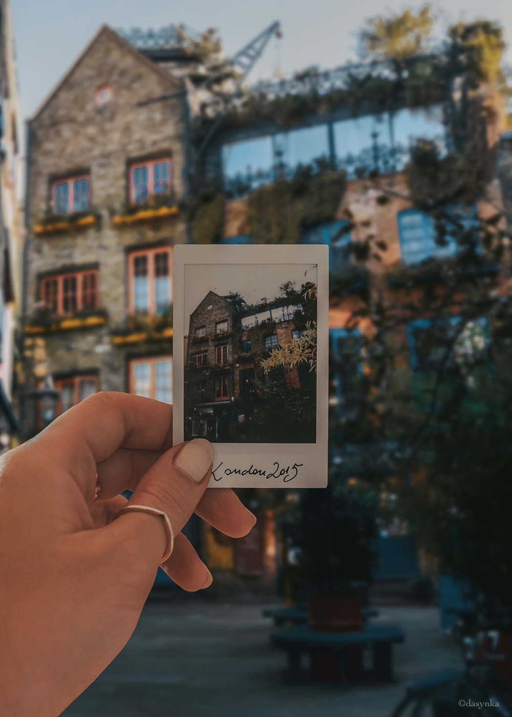 dasynka-fashion-blog-blogger-influencer-inspiration-shooting-globettrotter-travel-traveller-instagram-lifestyle-italy-ideas-italian-polaroids-polaroid-fujifilm-instax-90-8-worldmap-planisfero-mappa-mondo-pin-memories-photographs-vintage-print-london-coven-garden-neal-s-yard-17